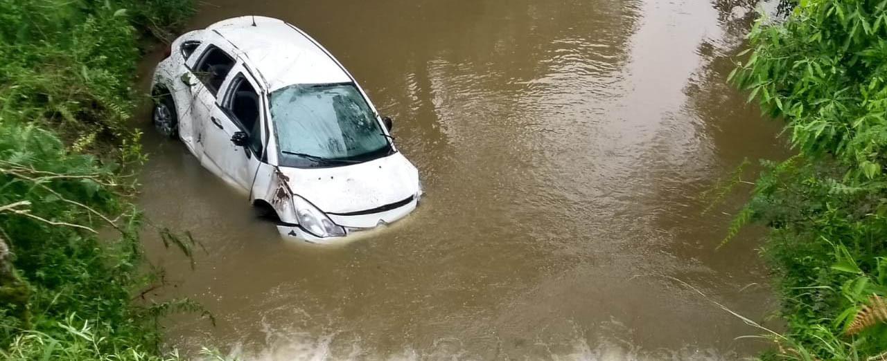 Carro com pessoas de Concórdia capota e cai em rio no Paraná