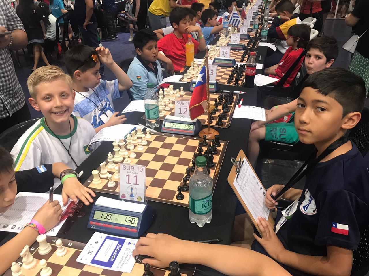 Calebe Lazarotti com duas vitórias em três jogos pelo Sul-Americano de Xadrez