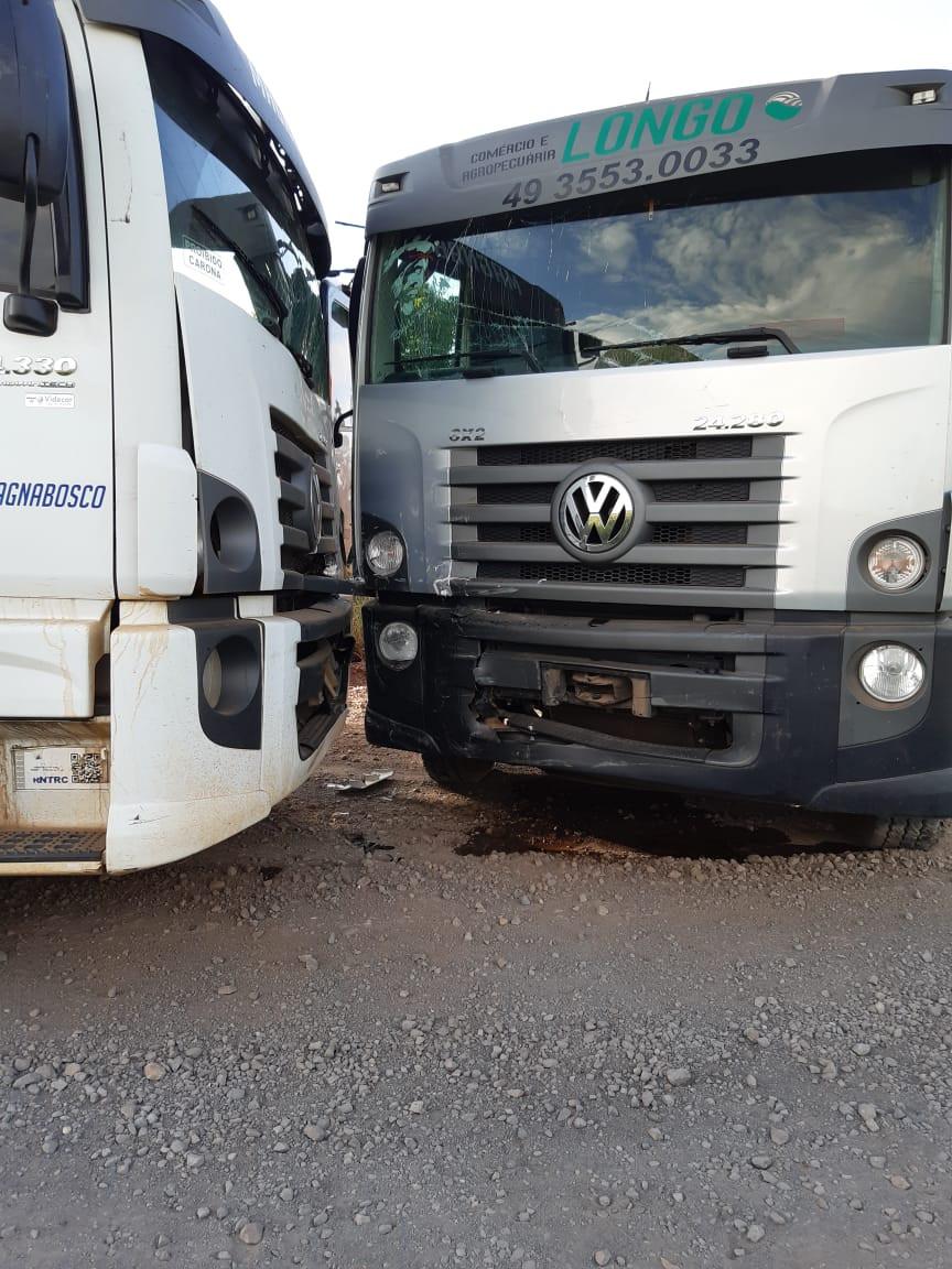 Danos materiais em colisão entre dois caminhões no interior de Piratuba