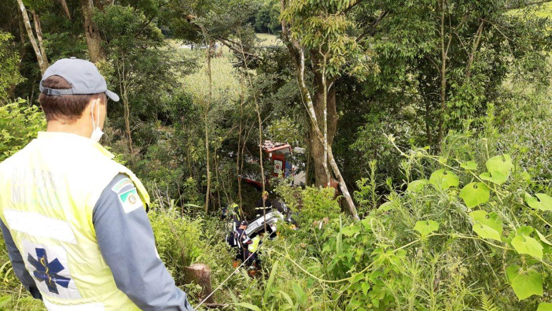 Veículo de Itá sai da pista, cai em ribanceira e quatro pessoas morrem
