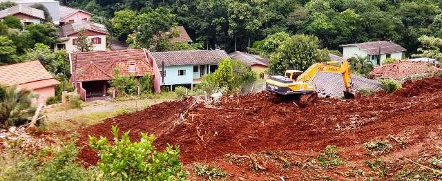Moradores atingidos pelo deslizamento voltam a pedir atenção do poder público - OUÇA