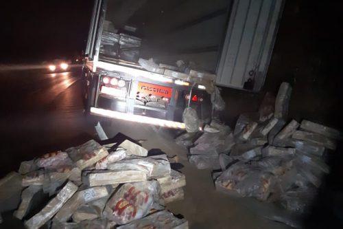 Polícia prende pessoas por saque de carga em carreta de Concórdia na BR 153