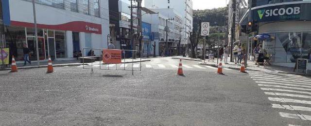 Trecho da rua do Comércio já está interrompido e ficará fechado por cinco meses - OUÇA