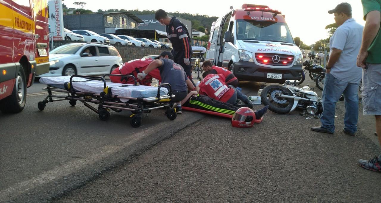 Dois feridos em colisão traseira entre carro e moto na Tancredo Neves