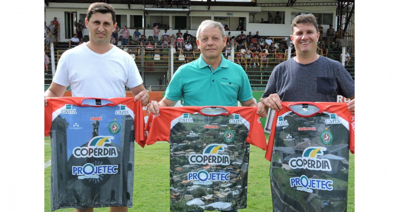 Mais três municípios recebem camisas do Galo do Oeste