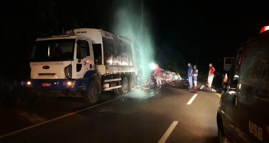 Incêndio em carga de lixo de caminhão de coleta mobiliza os bombeiros na SC 283