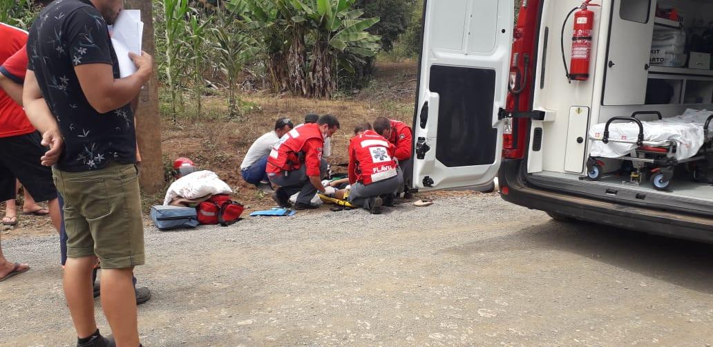 Motociclista ferida em colisão entre carro e moto