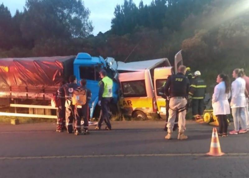 Motorista e dois adolescentes morrem em grave acidente entre van escolar e caminhão