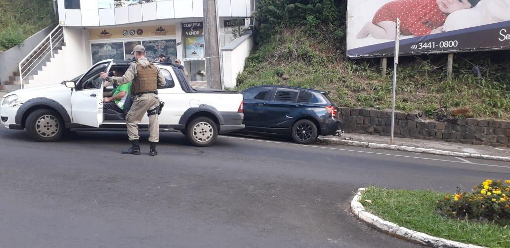 Idoso fica ferido após colidir utilitário em BMW estacionada