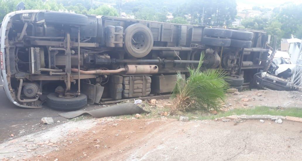 Caminhão de Lindóia do Sul tomba e esmaga outro veículo em Chapecó