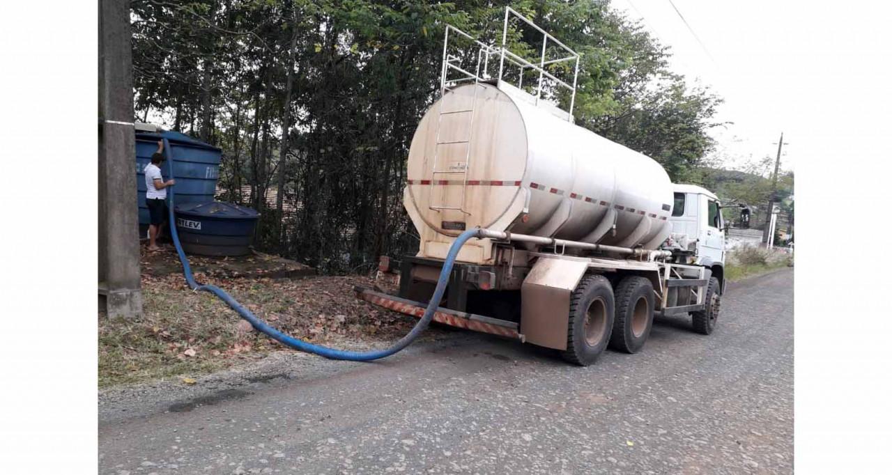 Estiagem continua e transporte de água é mantido