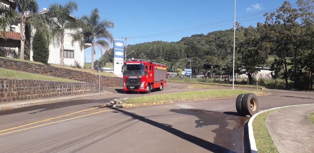 Bombeiros fazem resfriamento de eixo de caminhão e evitam incêndio