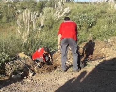 Bombeiros de Irani resgatam filhotes de cachorro que estavam presos em tubulação