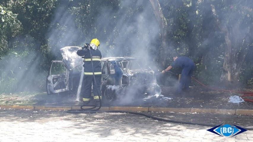 Incêndio destrói veículo com placas de Irani no centro de Capinzal