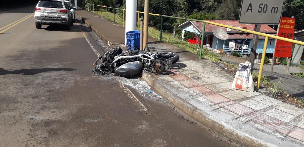 Motocicleta destruída em incêndio em acidente no centro de Ipumirim