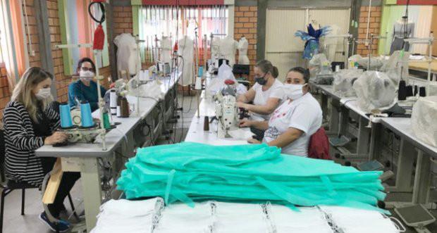 Voluntárias do Consórcio Integrar confeccionam materiais de proteção individual contra coronavírus