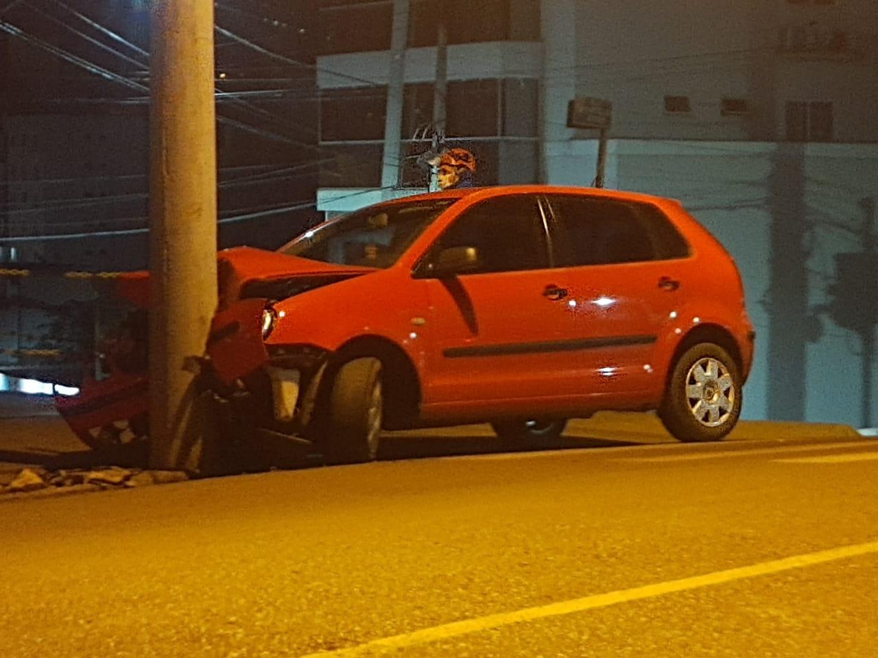 Motorista bate em poste e não é localizado por equipe dos Bombeiros em Concórdia
