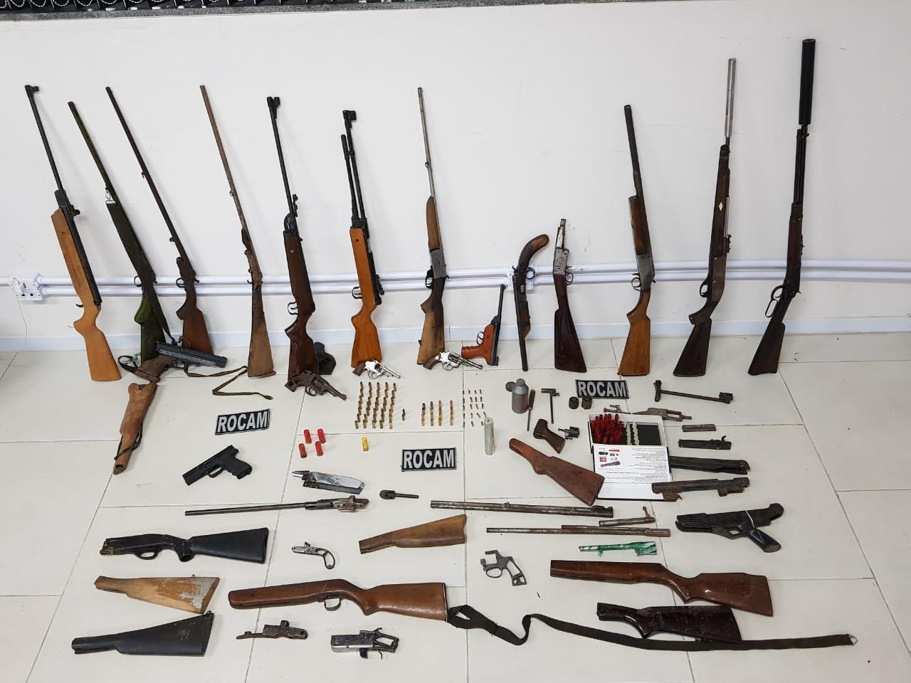 Arsenal é apreendido em oficina ilegal de armas descoberta pela PM