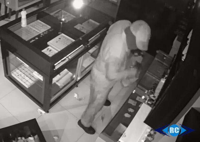 Ladrão quebra vidro de joalheria e furta cerca de R$ 20 mil em relógios no centro de Capinzal
