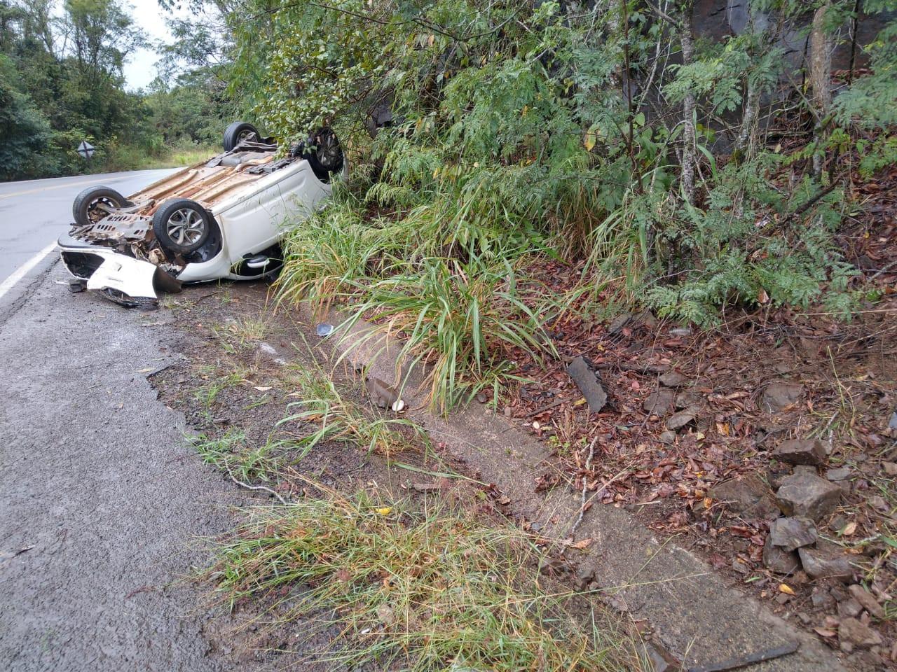 Idosa perde o controle do carro, sai da pista e capota o veículo na SC 283 em Seara