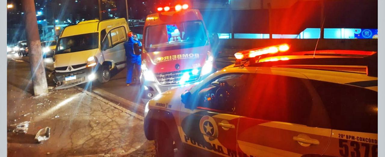 Motorista perde controle de van e bate em poste na Rua Senador Attilio Fontana em Concórdia