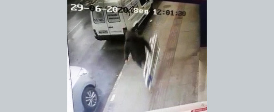 VÍDEO - Imagens mostram homem furtando escadas de alumínio em plena luz do dia em Concórdia