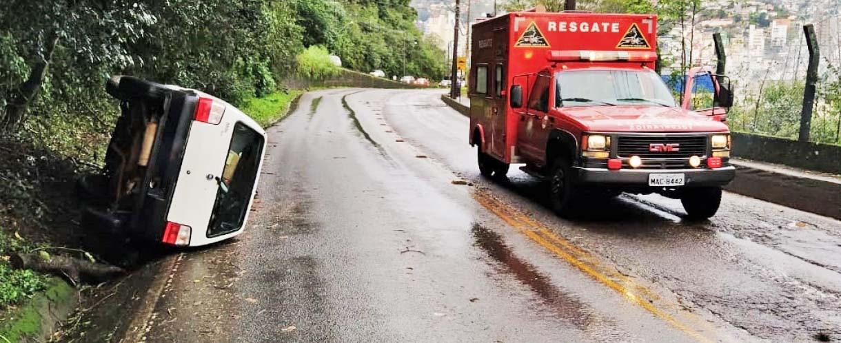 Árvore cai sobre veículo em movimento, motorista perde controle, atinge poste caído e tomba