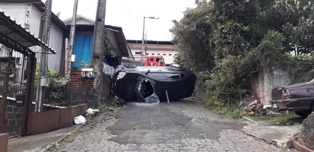 Duas pessoas levemente feridas em capotamento de veículo no Catarina Fontana
