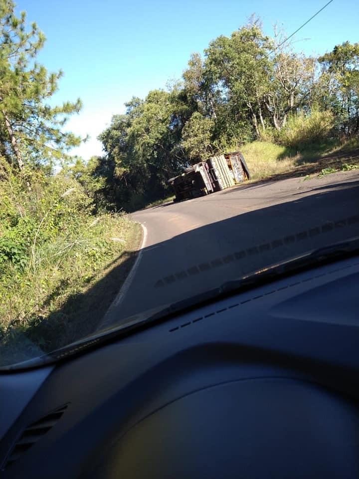 Tombamento de caminhão registrado na SC 155 em Xavantina