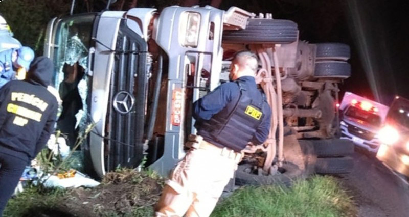 Motorista morre ao tombar carreta na BR 153