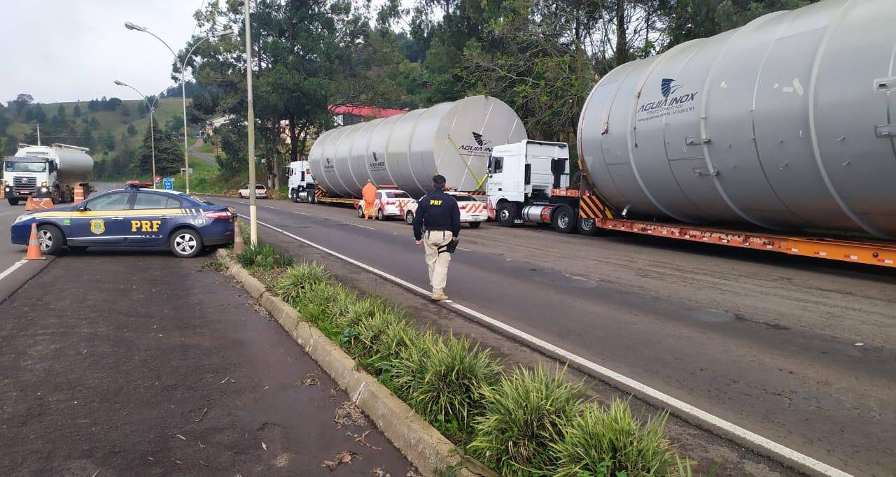 PRF aborda caminhões com excesso de dimensão na carga em desacordo com a AET