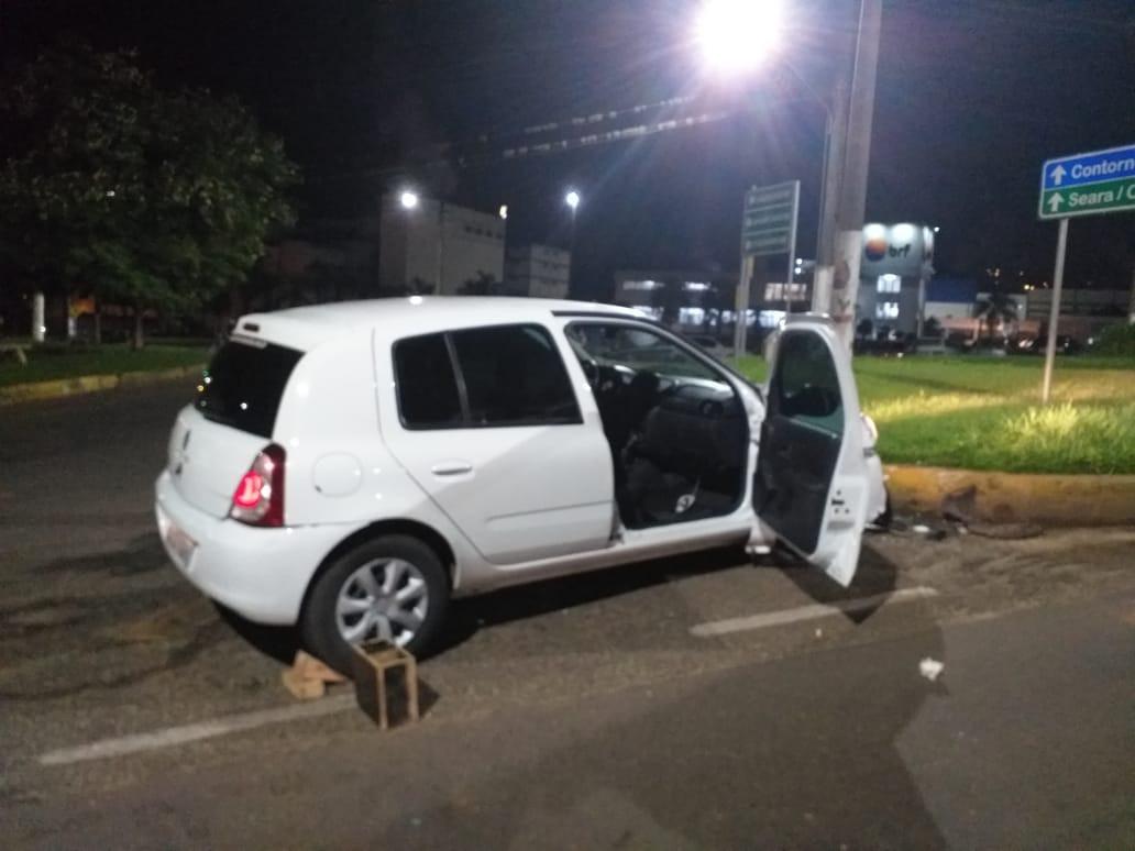 Rapaz fica ferido em colisão de veículo em rótula na área central de Concórdia