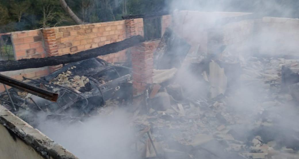 Fogo consome residência no interior de Alto Bela Vista