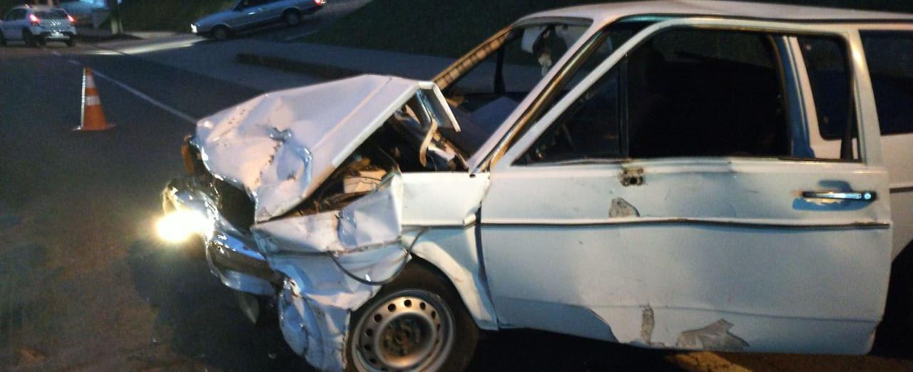 Colisão envolvendo três veículos deixa duas pessoas feridas na Tancredo de Almeida Neves