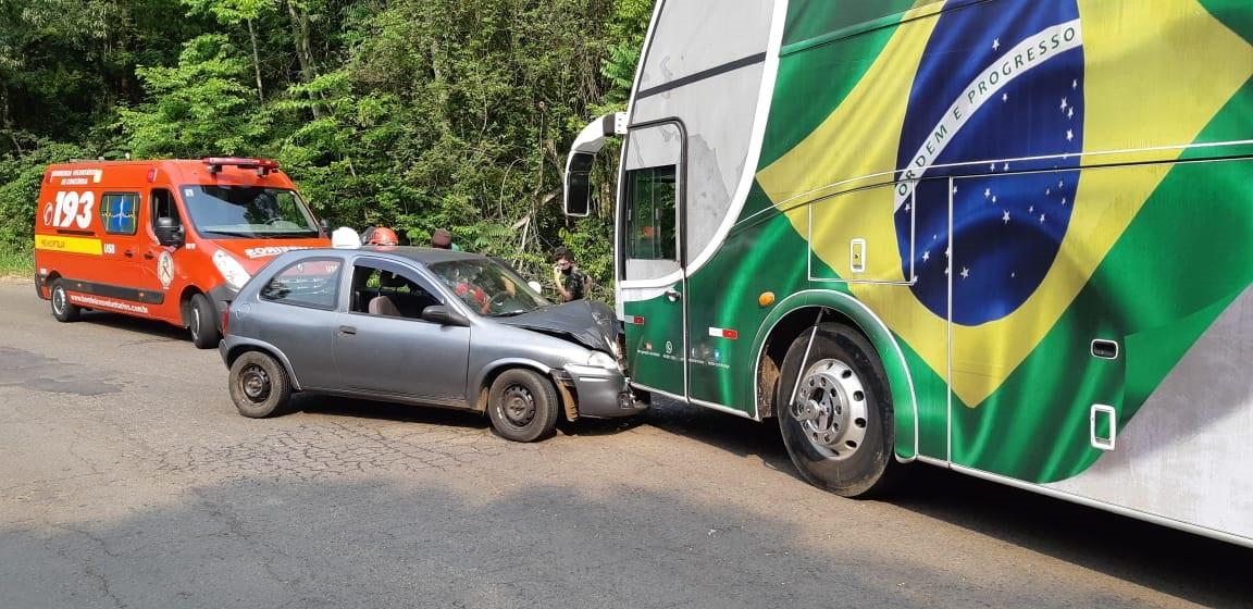 Duas pessoas feridas em colisão entre carro e ônibus na SC 390
