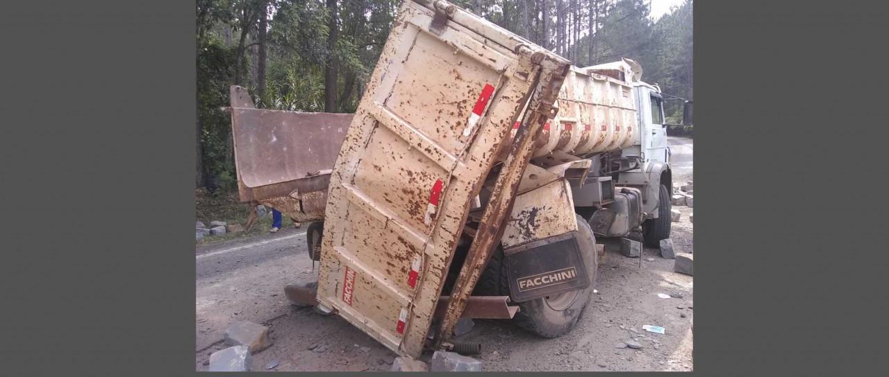 SC 390 fica interditada após carga de pedras caírem sobre rodovia