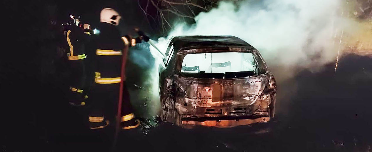 VÍDEO: Carro é destruído pelo fogo no interior de Concórdia e proprietário não é encontrado no local