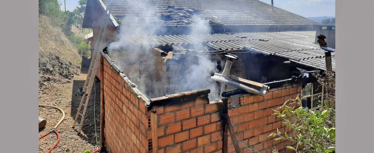 Fogo destrói parte de casa no interior de Arabutã