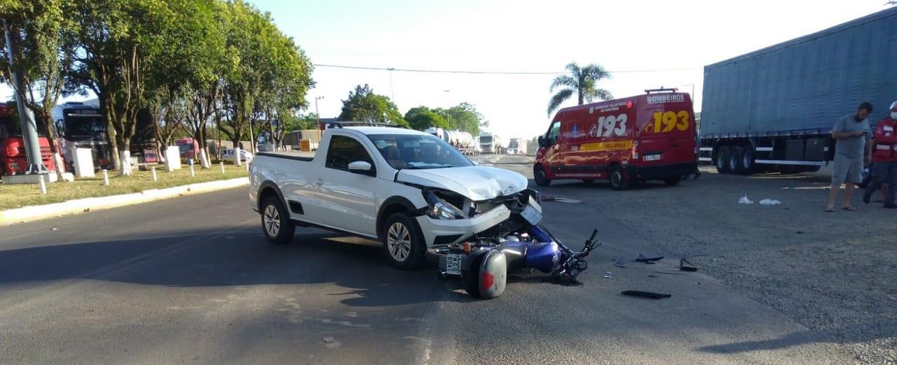 Motociclista ferido ao se envolver em colisão entre carro e moto na BR 153