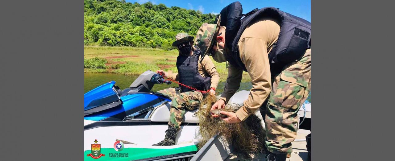 Ambiental recolhe 30 metros de rede no lago da barragem de Machadinho