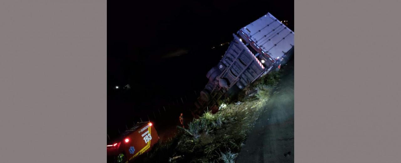 Acidente com caminhão de Irani deixa duas pessoas feridas