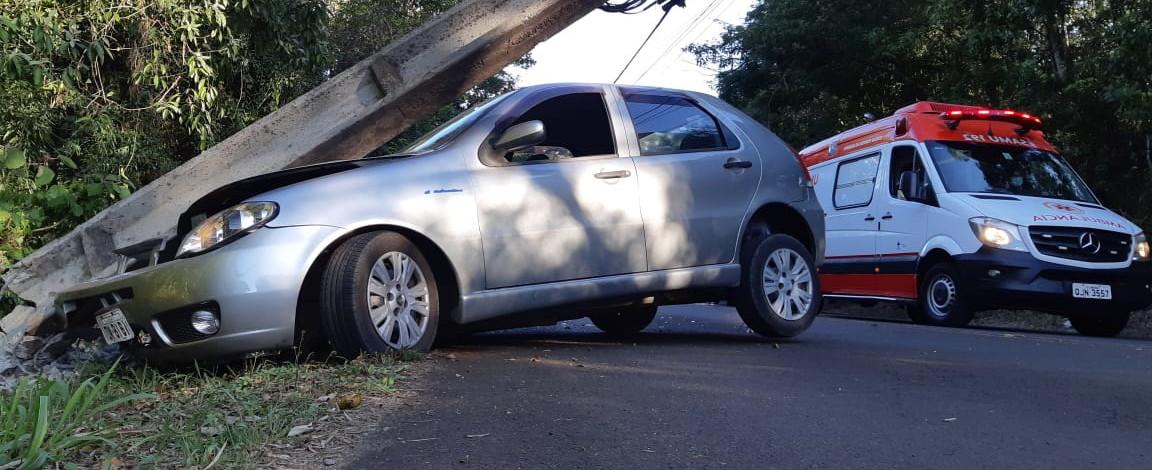 Dois feridos em colisão de veículo em poste na Victor Sopelsa