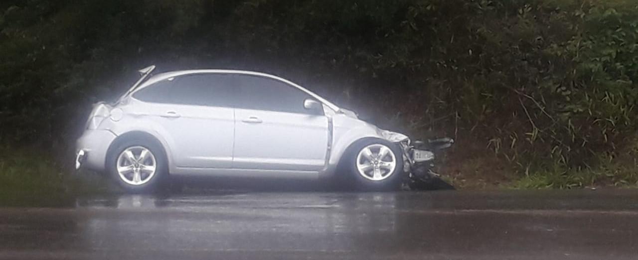 Curva do Mores é palco de mais uma colisão envolvendo carro e caminhão