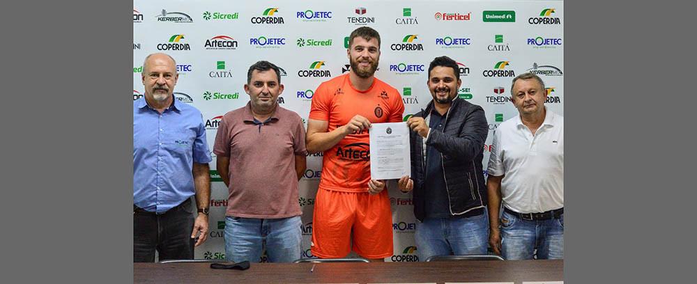 Gabriel Peres renova contrato com o Galo do Oeste até o final de 2022