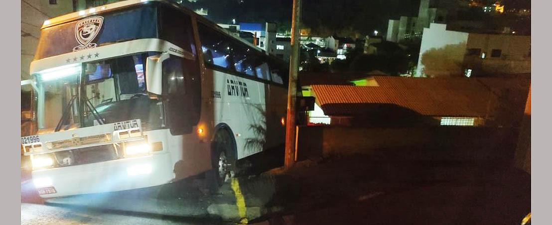 Ônibus se envolve em acidente no bairro Industrial em Seara