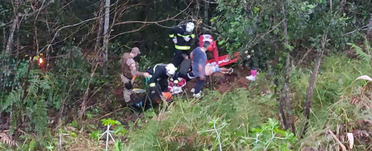VÍDEO - Veículo sai da pista e desce ribanceira de cerca de 50 metros em Concórdia