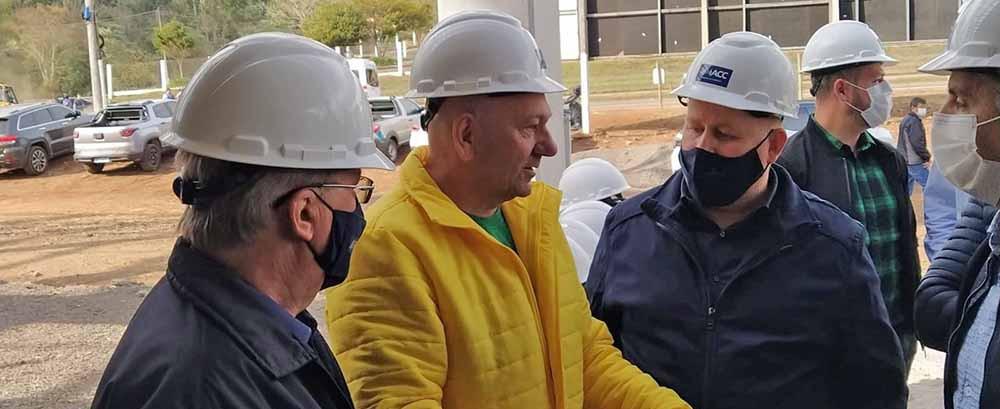 Luciano Hang visita construção da loja Havan em Concórdia e anuncia entrega da obra para setembro