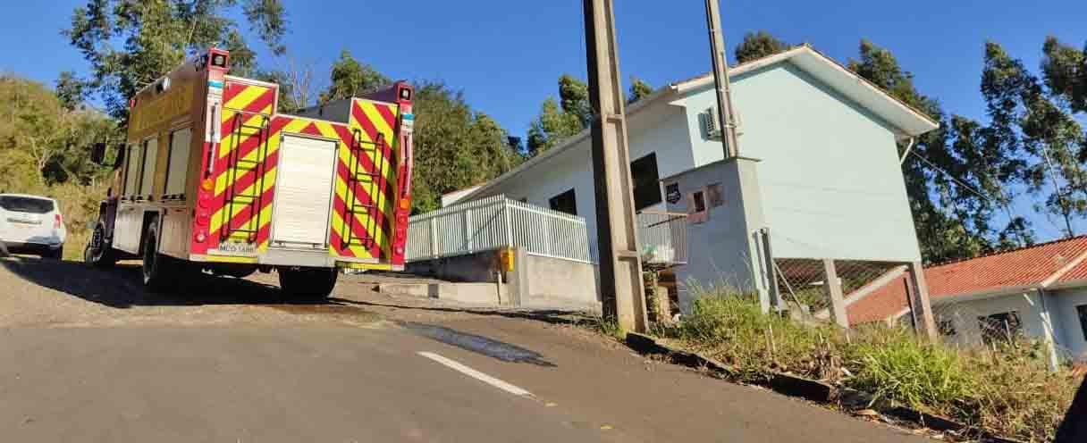 Cano do fogão a lenha quente causa pequeno incêndio em uma casa em Concórdia