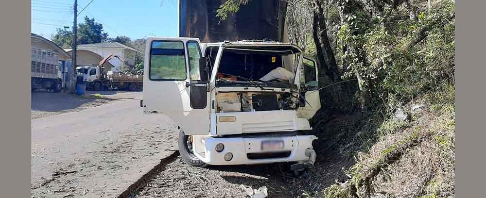 Motorista consegue parar caminhão sem freio jogando o veículo no barranco na SC-283 em Seara