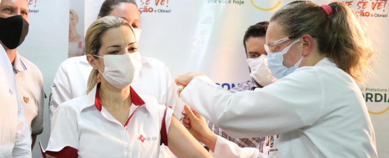 Médica do Hospital São Francisco diz que queda nos números da Covid-19 é resultado da vacinação